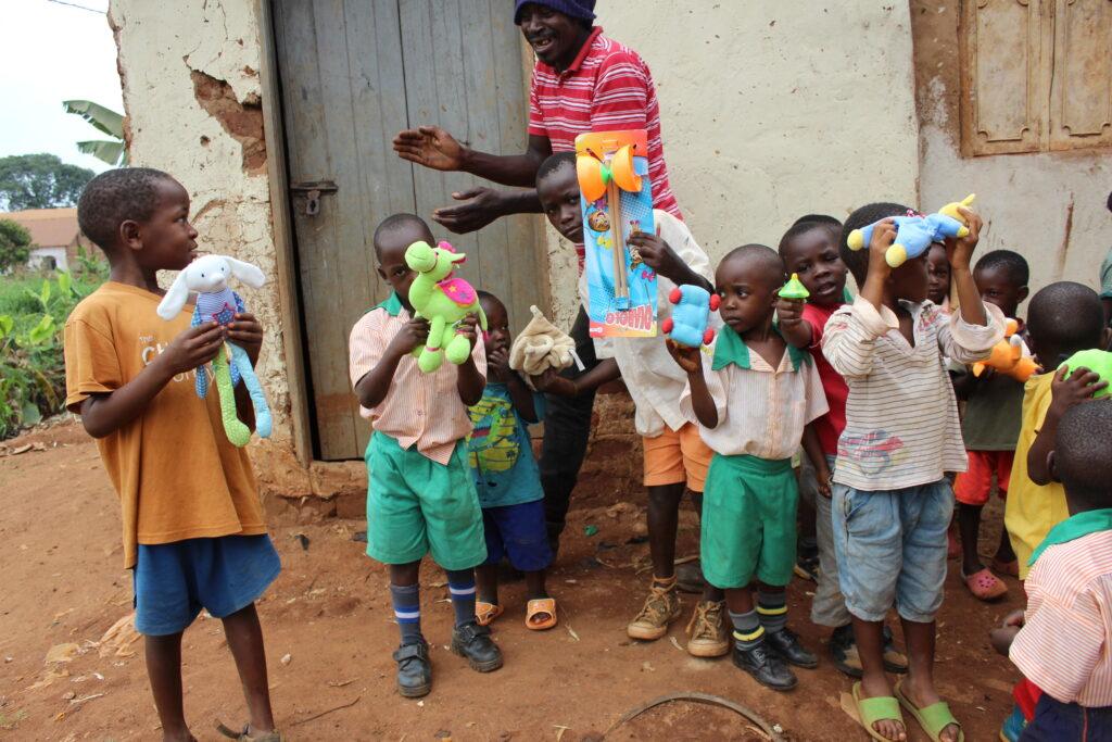 Twekembe gifts to children